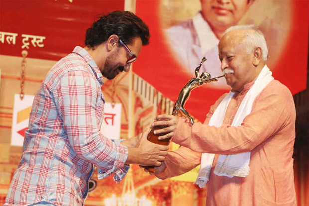 Aamir accepts award from RSS chief Mohan Bhagwat