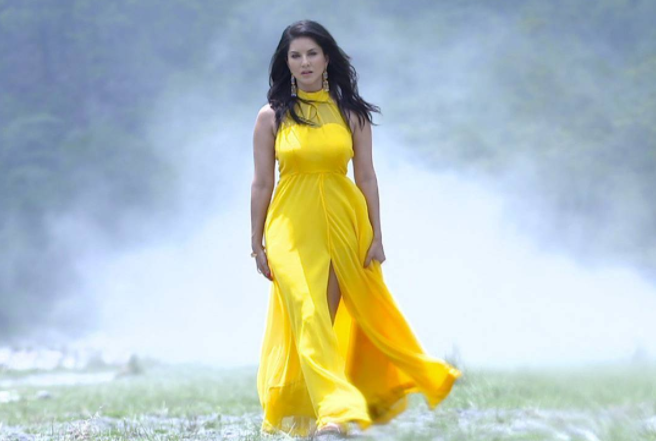 Sunny Leone being the newcomer to the Bollywood industry got so much attention and fan following with her hard work and passion for movies. She had done many movies and got success in them too. Now in this yellow dress and the beautiful earrings she looks stunning and fashionable at the same time.
