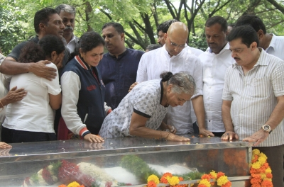 Widespread condemnation over Lankesh killing, MHA seeks report (Afternoon Lead)