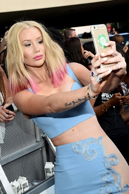 Iggy Azalea goes topless in new selfies