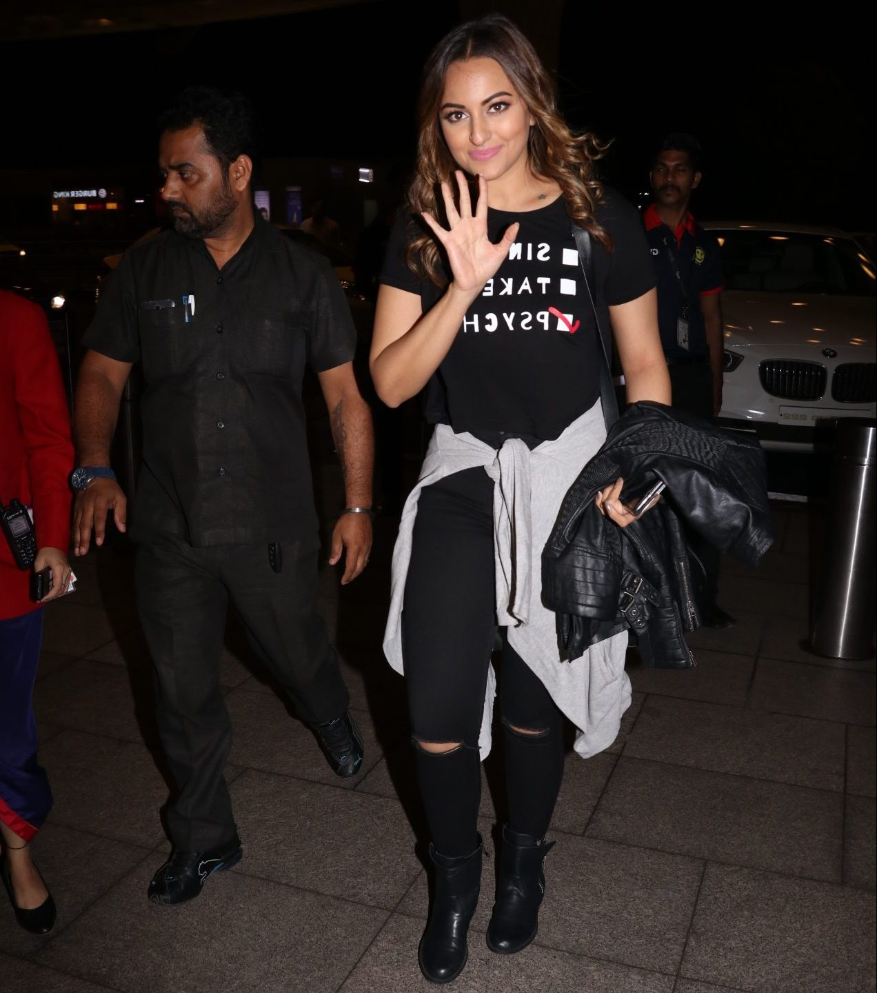 Sonakshi Sinha is an actress who made her debut in the film industry with Salman Khan's movie Dabangg where her role was extremely appreciable. Here we can see her at an Airport with her cute smile and quirky look