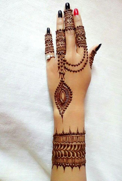 Sleek and long mehndi