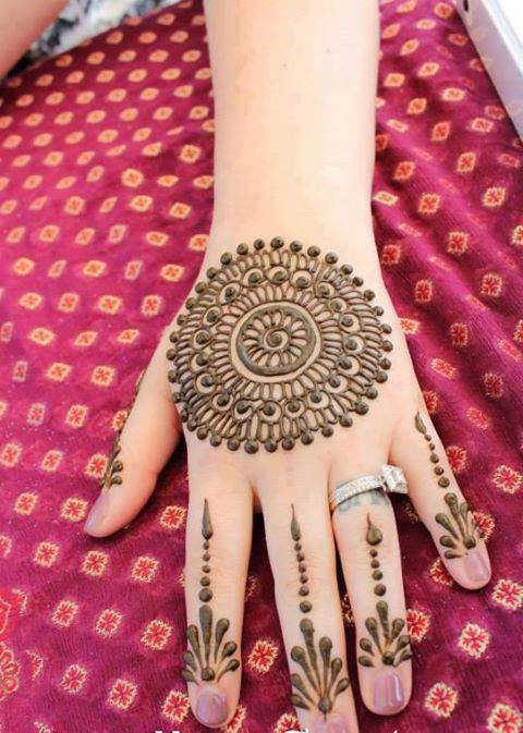 Circular Motif Mehndi: Circular mehndi are very much attractive design and these designs are now in trend specially for back sides of hands.