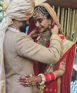 Anand ties the wedding lock around Sonam's neck