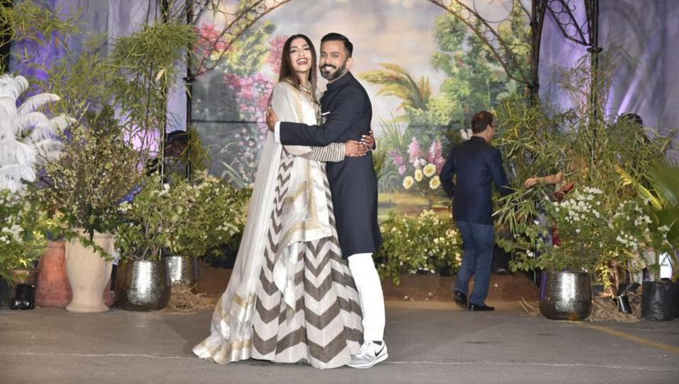 Aamir and kareena kiss in 3 idiots - 1 9