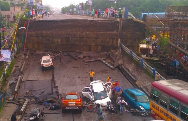 Kolkata Majerhat Bridge Collapsed; Five people have reportedly dead